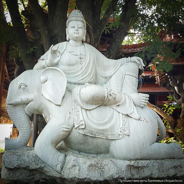 Скульптура в пагоде Нячанга
