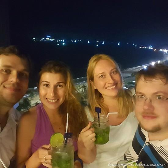 Мы на фоне моря в Новотеле (Нячанг)