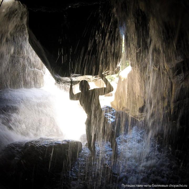 Денис под водопадом