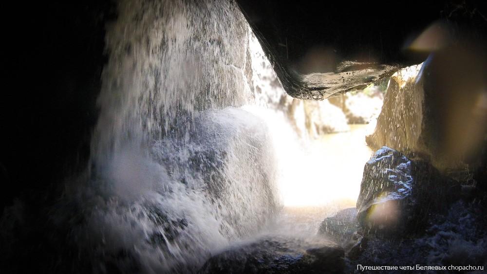 Под водопадом Ба Хо в Нячанге