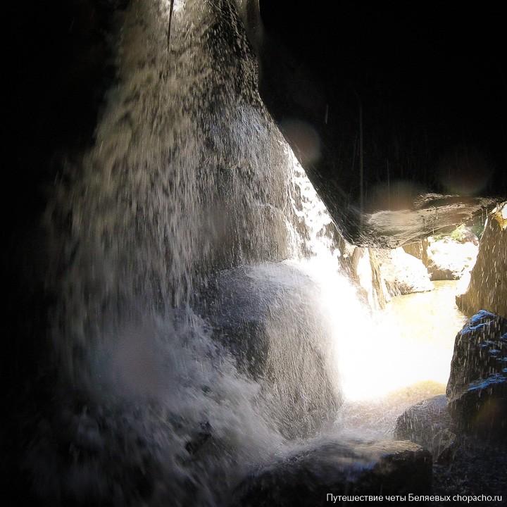 Потаённая пещера под водопадом Ба хо