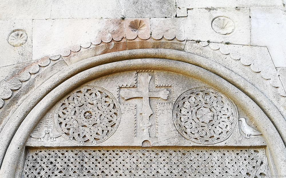 Тимпан портала церкви