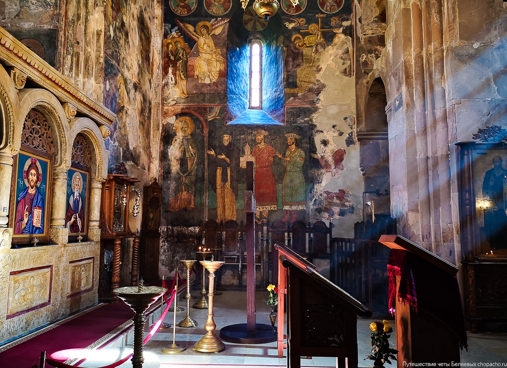 Внутренее убранство древнего монастыря Сапара