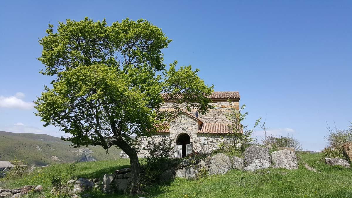 Вид на храм Чачубети в Грузии