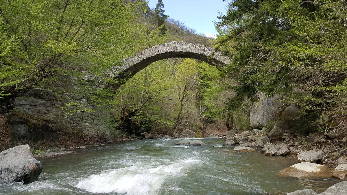 Мост Тамары у монастыря Ркони в Грузии